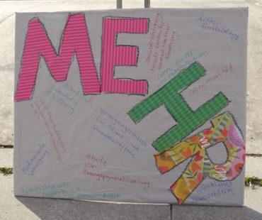 Einige Betroffene haben selbst Schilder mitgebracht