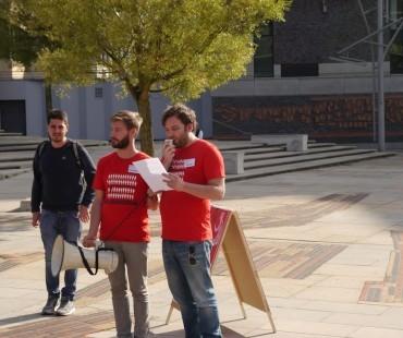 Daniel Hattesohl (Deutsche Gesellschaft für ME/CFS, rechts) spricht zu den Anwesenden