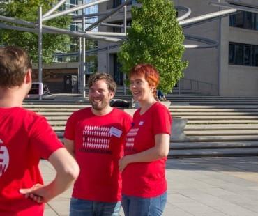 Daniel (Deutsche Gesellschaft für ME/CFS, Mitte) und Nicole (Lost Voices Stiftung) freuen sich über die tolle Beteiligung