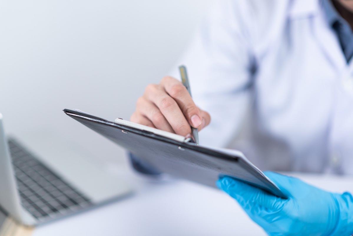 Mediziner:in mit Fragebogen